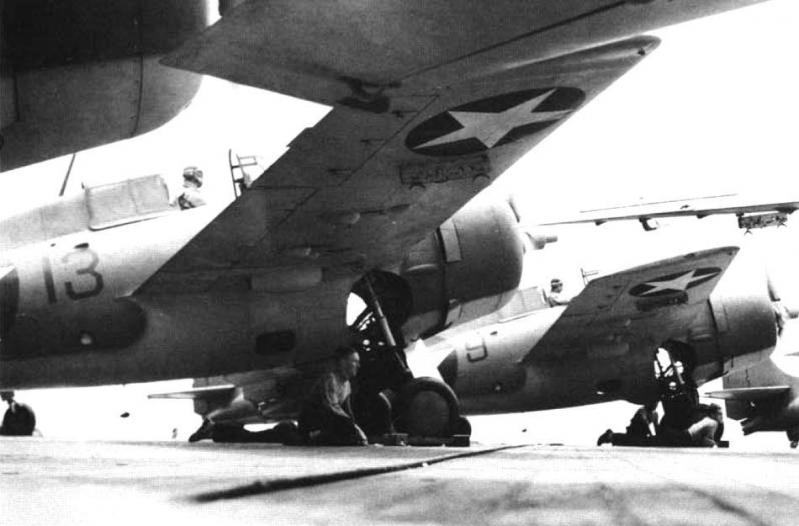 Equipage de porte avion en attente pour retirer cale de roues grumman wildcat